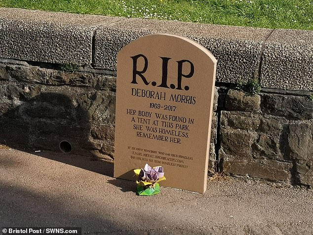 شاهد قبر من الكارتون على الرصيف بالملكة المتحدة (2)