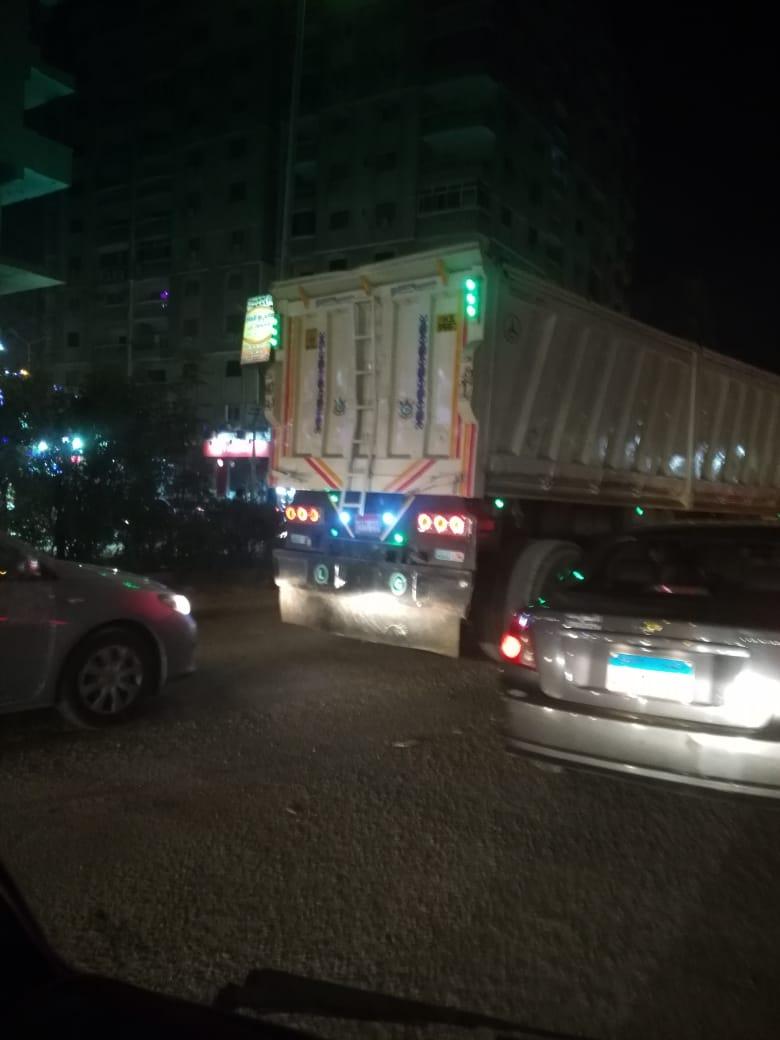 سيارة نقل ثقيل تسير بعد الإفطار مباشرة