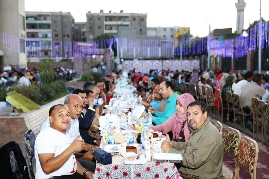 محافظ سوهاج يشارك ذوى القدرات الخاصة والأيتام إفطارهم (2)