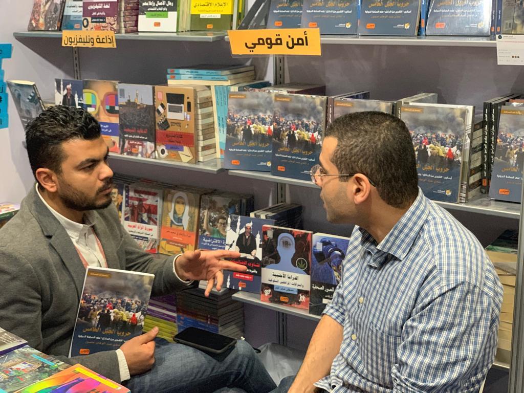 الزميل بلال رمضان يحاور شادى منصور فى معرض أبوظبى للكتاب