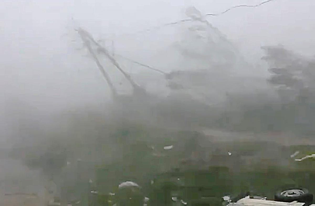 الإعصار فانى (1)