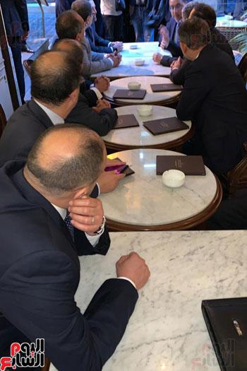 مدبولى والحريرى على مقهى ببيروت (1)