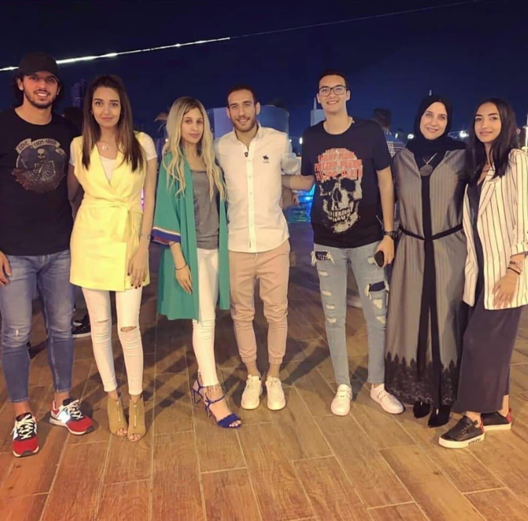 هشام محمد وزوجته يمنى مع حبية زوجة عمرو بركات وعائلتها