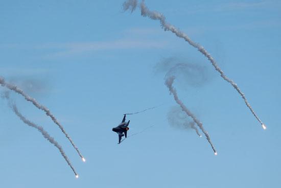 إطلاق قذائف صاروخية