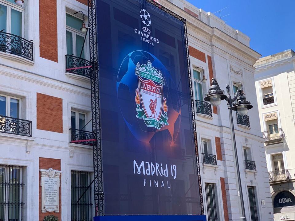 شعار ليفربول فى العاصمة الأسبانية مدريد