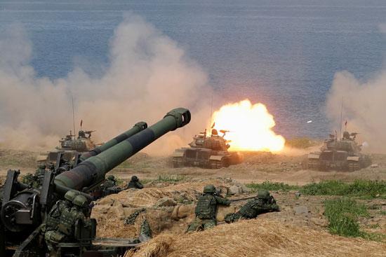المدفعية التايوانية تطلق قذائفها