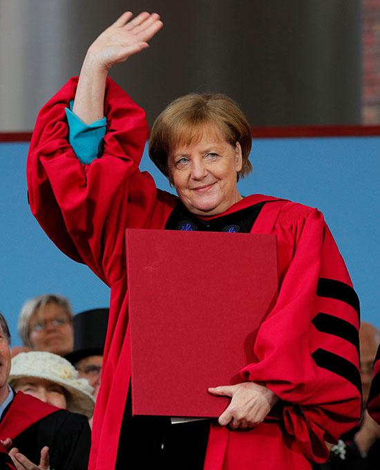 ميركل تحصل على الدكتوراة