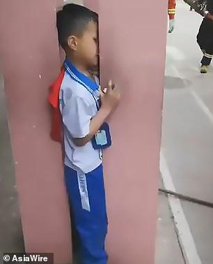 طفل صينى رأسه عالقة بين عمودين خراسنه (4)