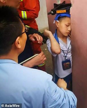 طفل صينى رأسه عالقة بين عمودين خراسنه (2)