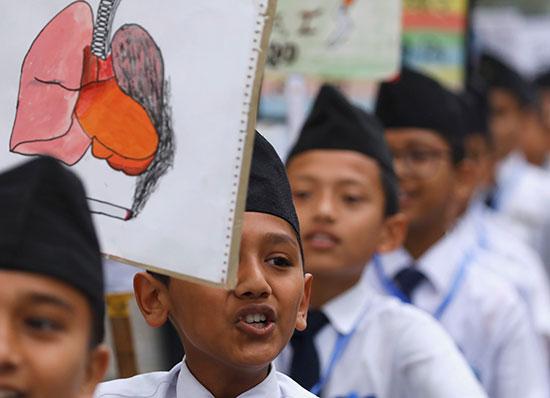 طلاب-يحملون-اللافتات-ويهتفون