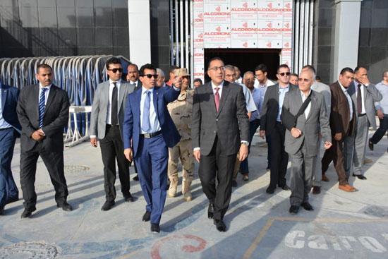 رئيس-الوزراء-يطمئن-على-تجهيزات-استاد-القاهرة-استعدادًا-لـالأمم-الإفريقية-(2)
