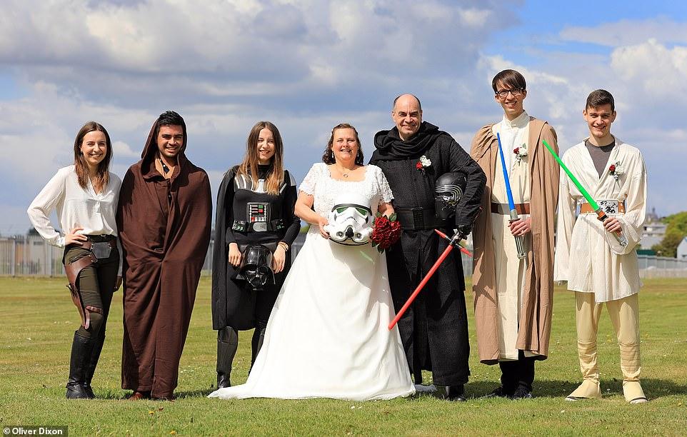 زوجان يرتدون ملابس لشخصيات خيالية من سلسلة أفلام حرب النجوم  (3)