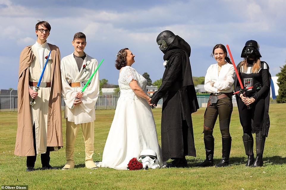 زوجان يرتدون ملابس لشخصيات خيالية من سلسلة أفلام حرب النجوم  (2)
