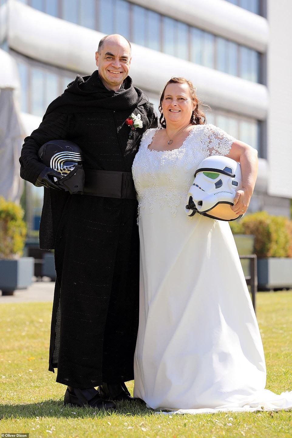 زوجان يرتدون ملابس لشخصيات خيالية من سلسلة أفلام حرب النجوم  (1)