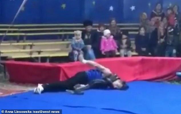 سقوط المدرب بعدما خنقته الأفعى