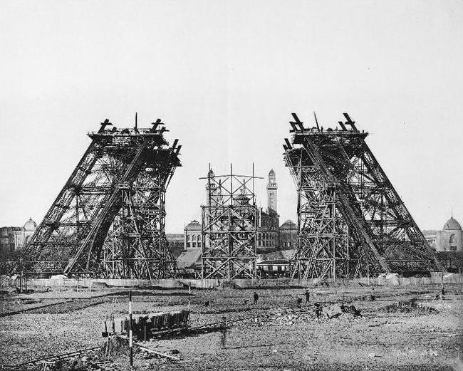 تم اختيار موقع أقصى الشمال الغربى لحديقة شامب-دى-مارس بالقرب من نهر السين لتصميم البرج
