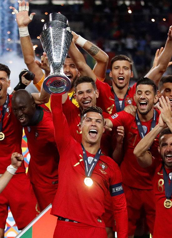 لاعبو منتخب البرتغال وفرحة باللقب