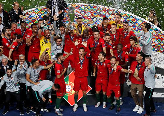 لاعبو البرتغال يرفعون كأس البطولة