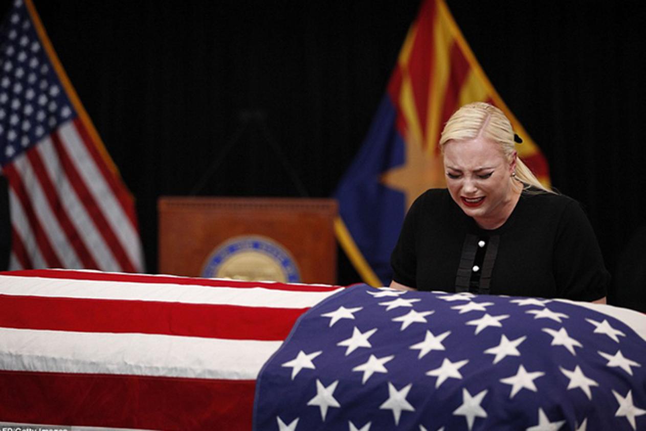 ميجان ماكين ونظرة وداع آخيرة على جثمان السيناتور الراحل