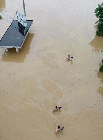 الصينيون يسبحون فى مياه الفيضانات