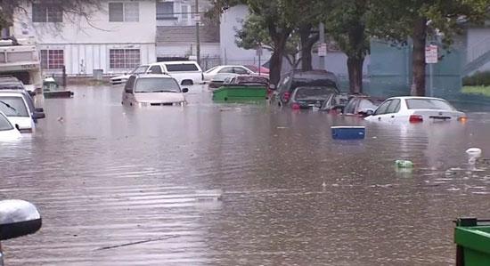 مياه الفيضان تغرق الشوارع