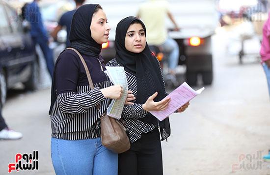 طالبات أمام اللجان
