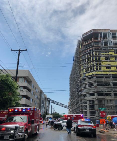 سقوط رافعة على مبنى سكنى فى وسط مدينه دالاس (3)