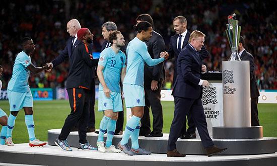 لاعبو هولندا يتقلدون ميداليات الوصافة