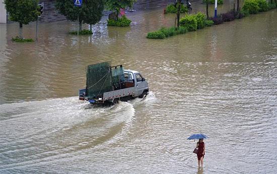غرق الشوارع بمياه الفيضانات