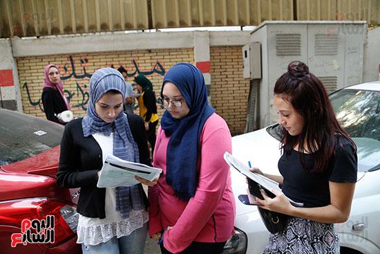 طالبات أمام اللجان (2)