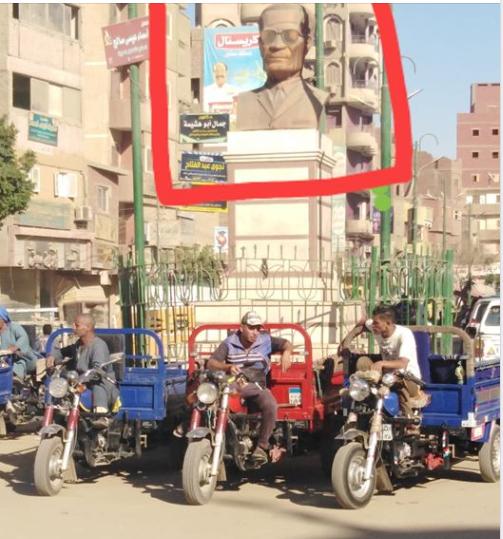 موقف تروسيكل أمام تمثال عميد الأدب العربى