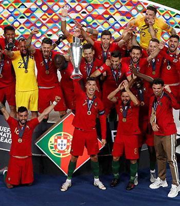 لاعبو البرتغال يحملون الكأس الأولى