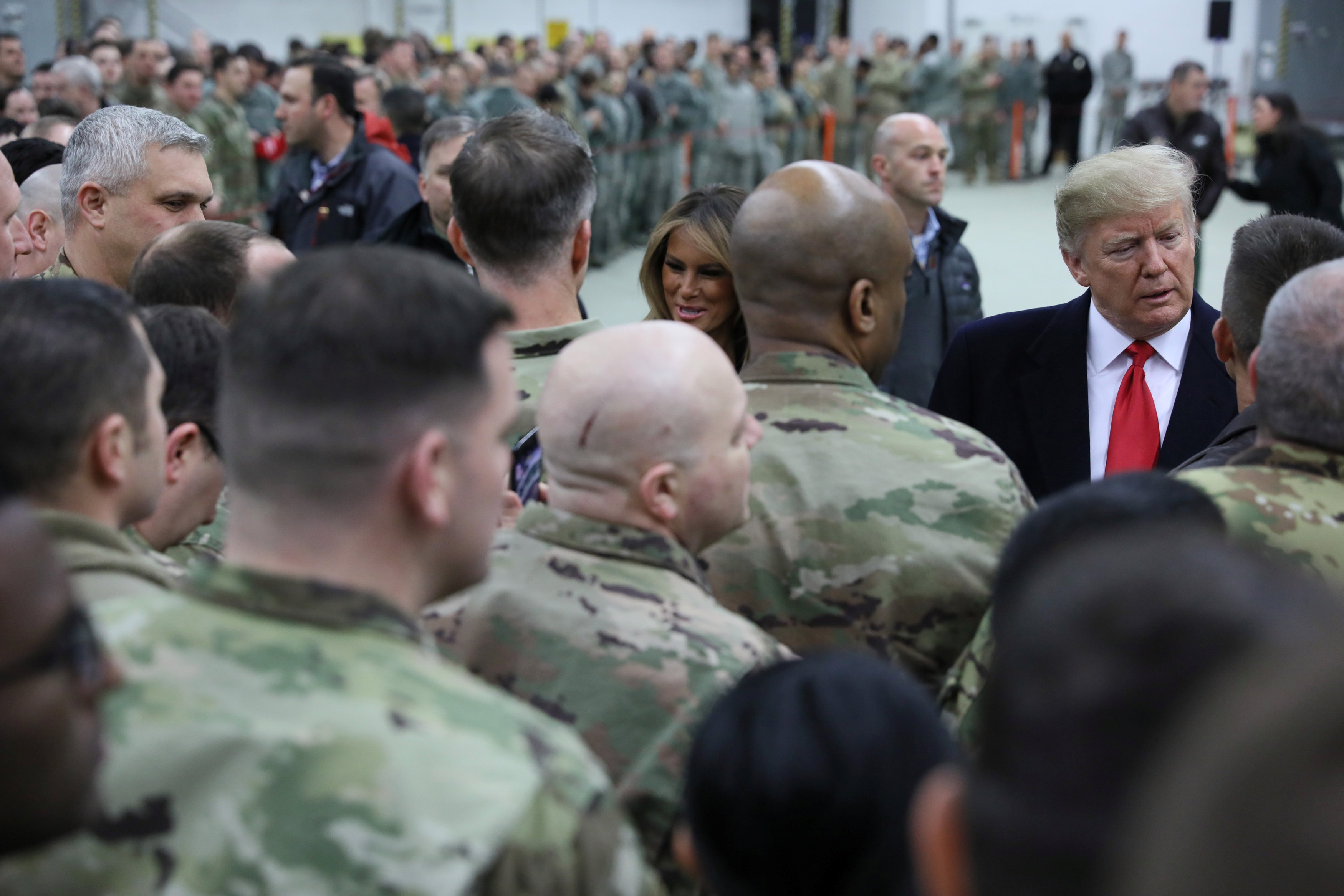 ترامب والسيدة الأولى فى زيارة لأحد القواعد العسكرية الأمريكية