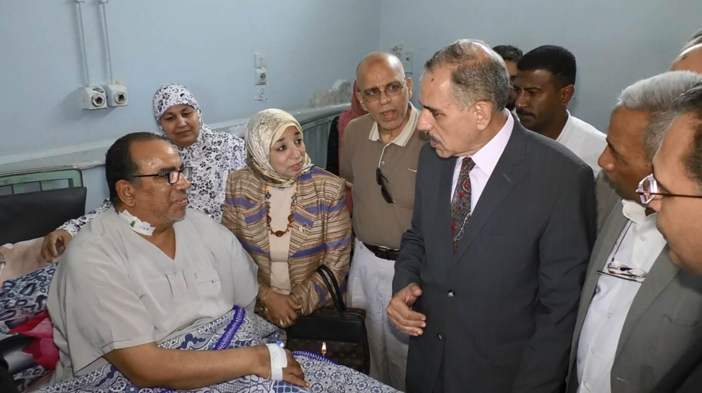 محافظ أسيوط يزور عضو لجنة الإدارة بإمتحانات الثانوية العامة بالمستشفى (5)