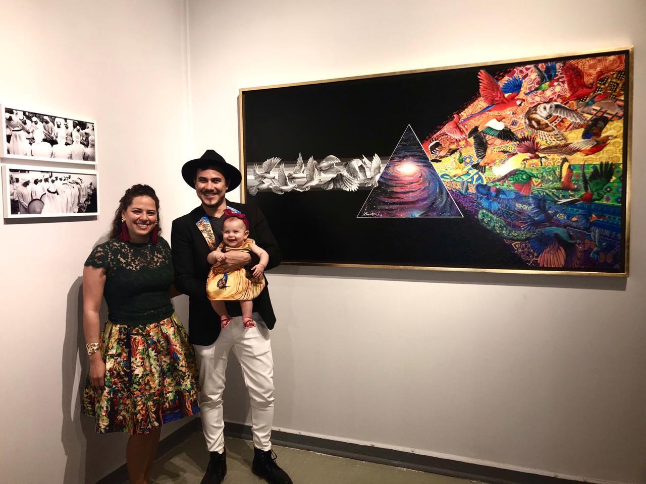 الفنان الكولومبى أمام لوحته