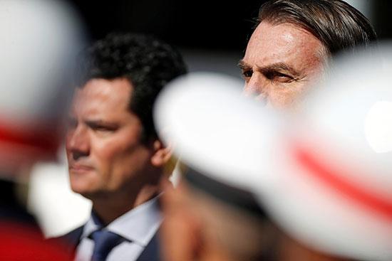 الرئيس البرازيلى محاطا بجنود الجيش