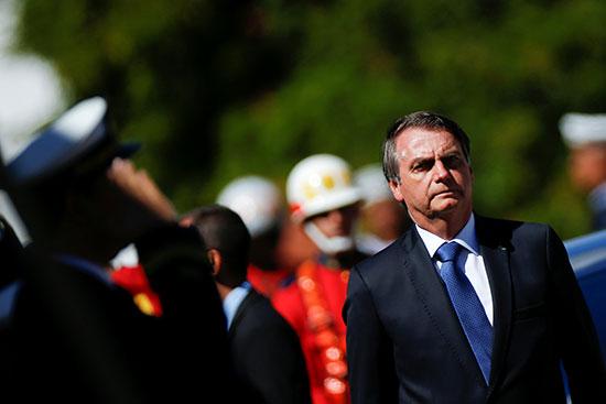 الرئيس البرازيلى يتلقى التحية العسكرية