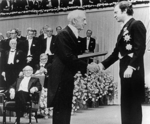 سول بيلو يتسلم جائزة نوبل للآداب