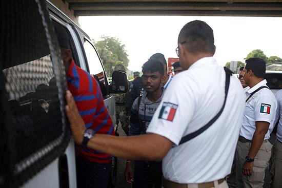 لحظة اعتقال المهاجرين
