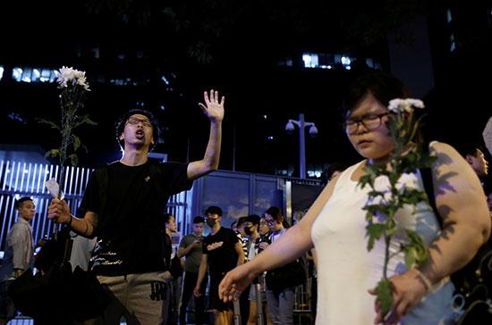 متظاهرون يحملون الورود