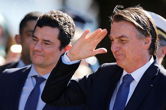الرئيس البرازيلى يلقى التحية العسكرية