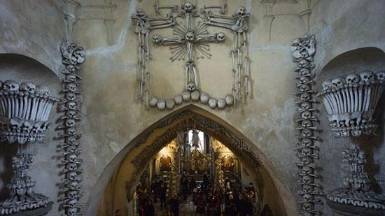 العظام داخل الكنيسة