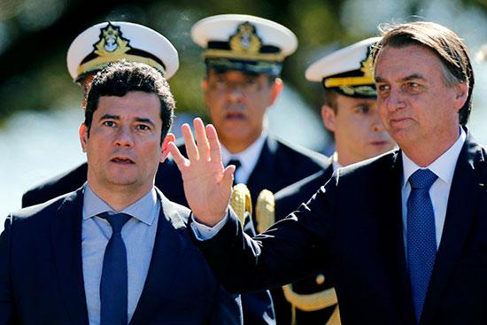 الرئيس البرازيلى يلوح لأحد الحضور