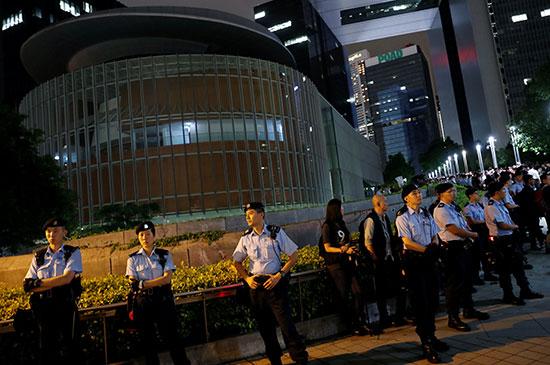 قوات الشرطة تؤمن مبنى البرلمان