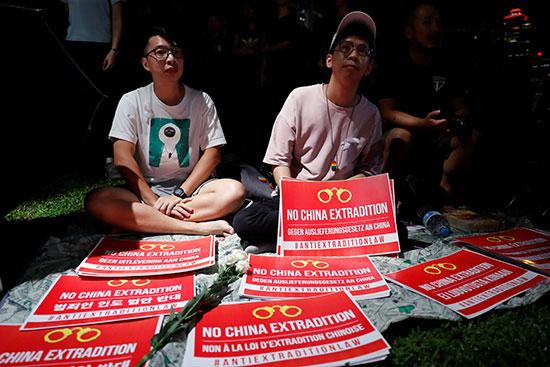 متظاهران بحوزتهما عدد من اللافتات