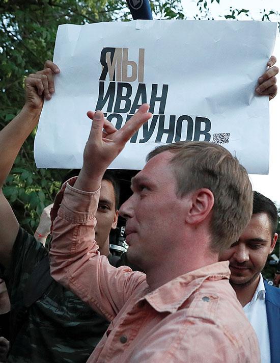 الصحفى الروسى يلوح بعلامة النصر