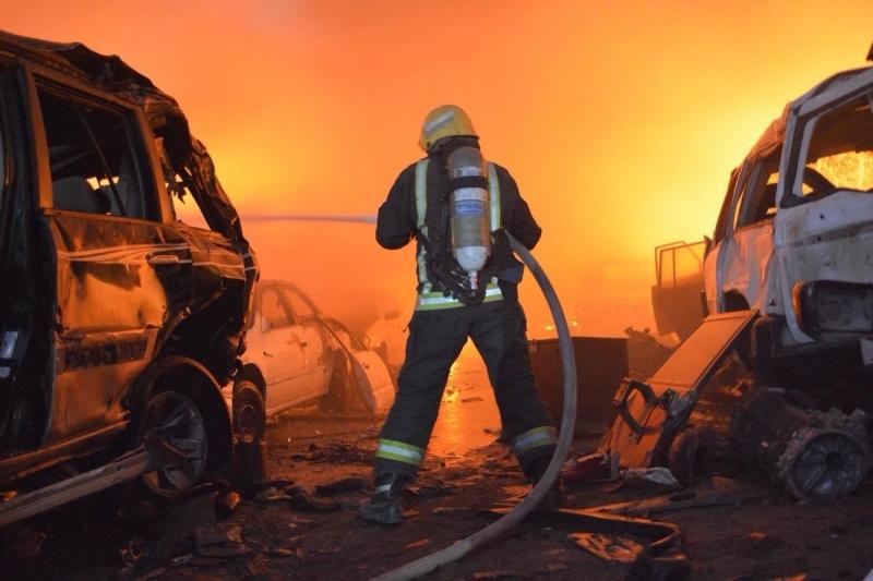الدفاع المدنى السعودى يحاول السيطرة على الحريق
