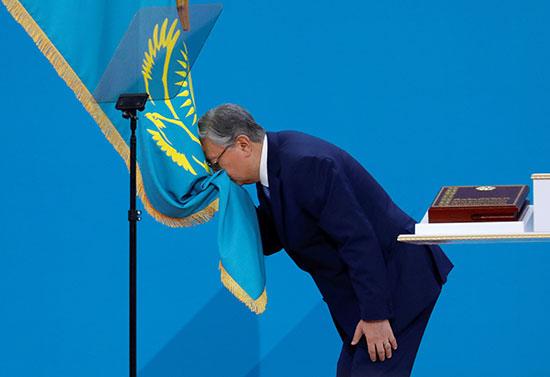 توكاييف يقبل علم بلاده