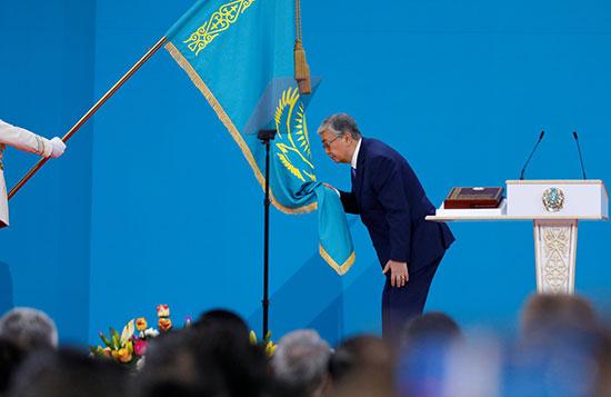 توكاييف يقبل العلم فى حفل تنصيبه