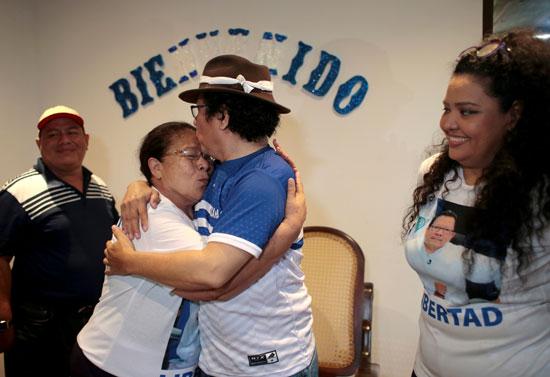 صحفى يقبل أمه بعد إطلاق سراحه فى نيكاراجوا